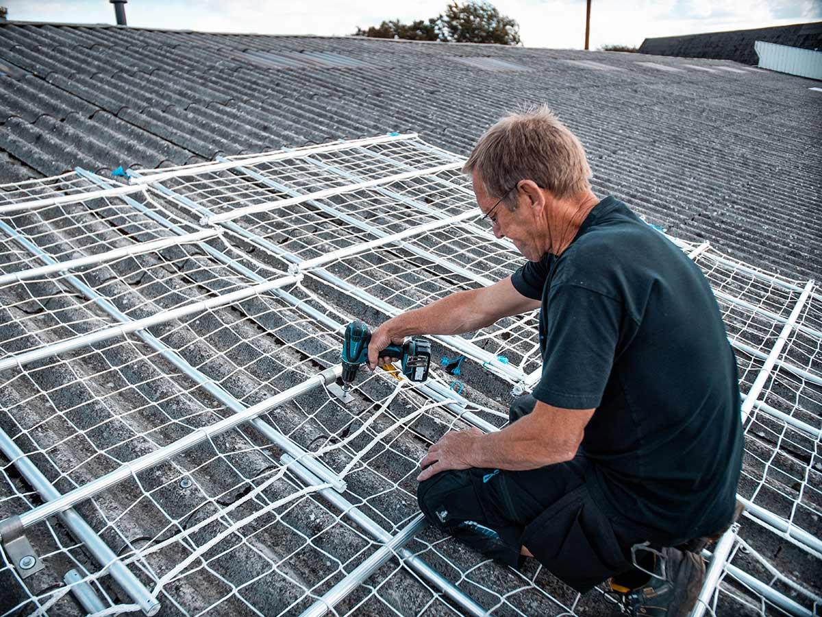 Montering af sikkerhedsnet på taget